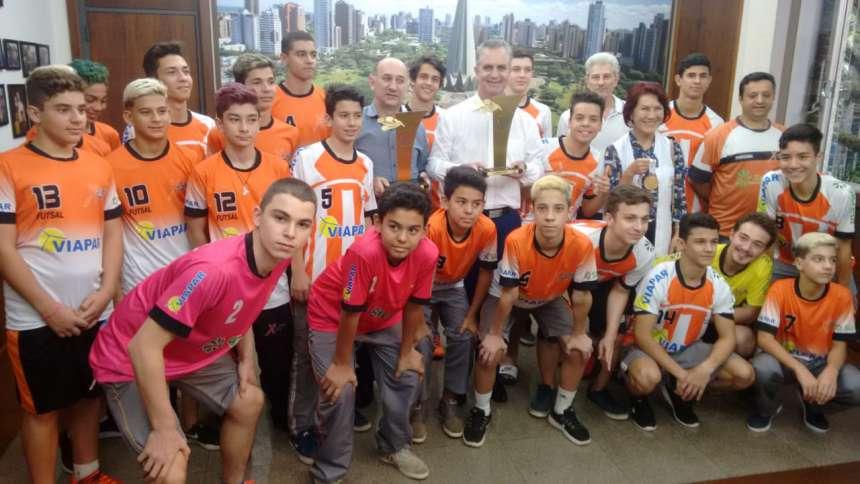 Atletas são recepcionados na Prefeitura de Maringá.