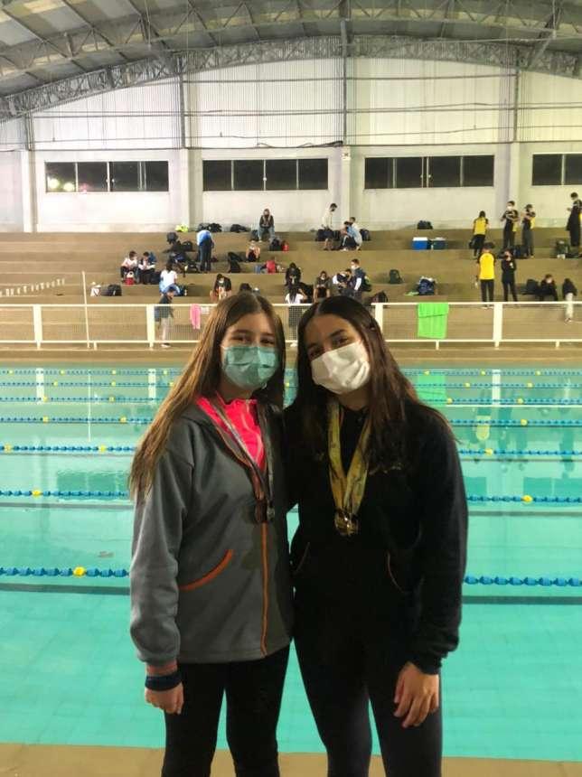 Alunas ganham medalhas na natação.